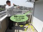 和泉市の雨樋からの水がバルコニーに放出されます