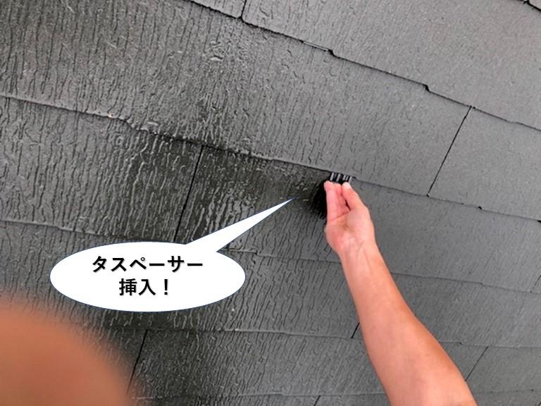 岸和田市の屋根にタスペーサー挿入