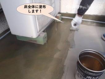 岸和田市のベランダの床全体にプライマーを塗布します!
