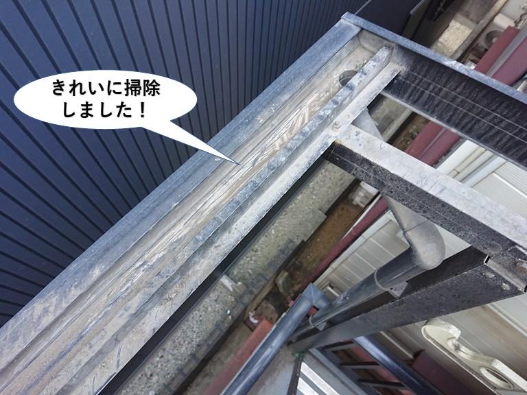 泉佐野市のテラスの樋をきれいに掃除