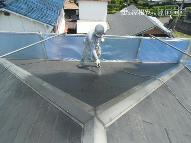 守町の蘇ったスレート板葺きの屋根塗装