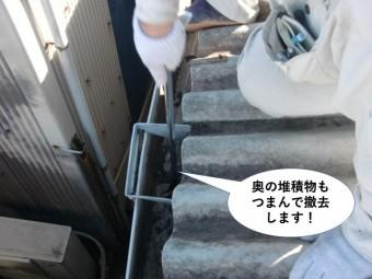 岸和田市の集水器の奥の堆積物もつまんで撤去します