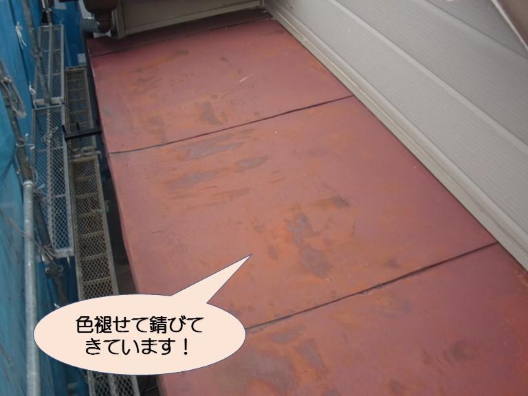 岸和田市下池田町の錆びついたバルコニーの屋根