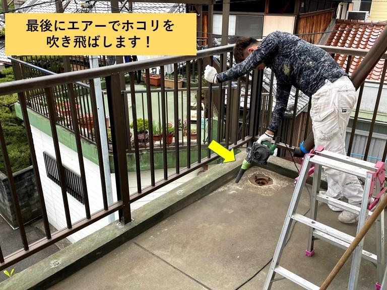 和泉市のベランダのホコリをエアーで吹き飛ばします