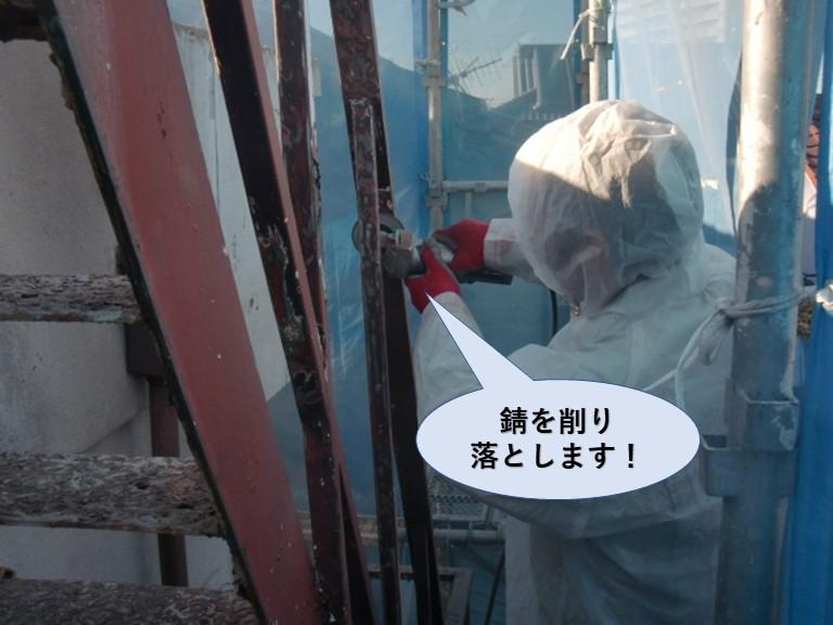 岸和田市の鉄骨階段の錆を削り落とします!