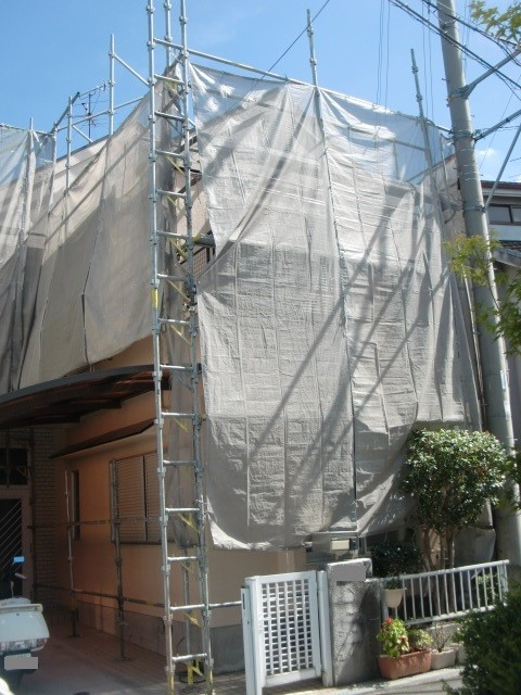岸和田市極楽寺町で高圧洗浄でカビ除去する外壁・屋根塗装養生