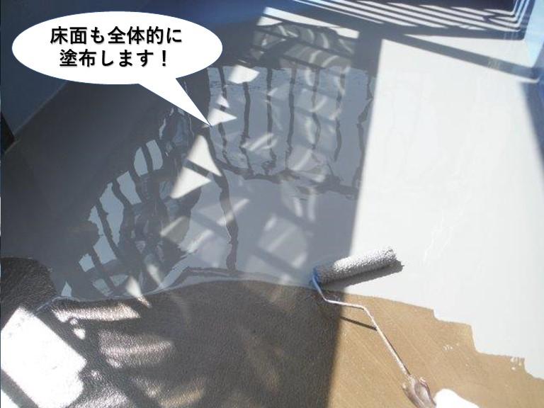岸和田市のベランダの床面も全体的に塗布します