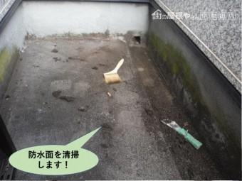 岸和田市の防水面を清掃します!
