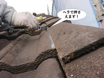 岸和田市のシーリングをヘラで押さえます