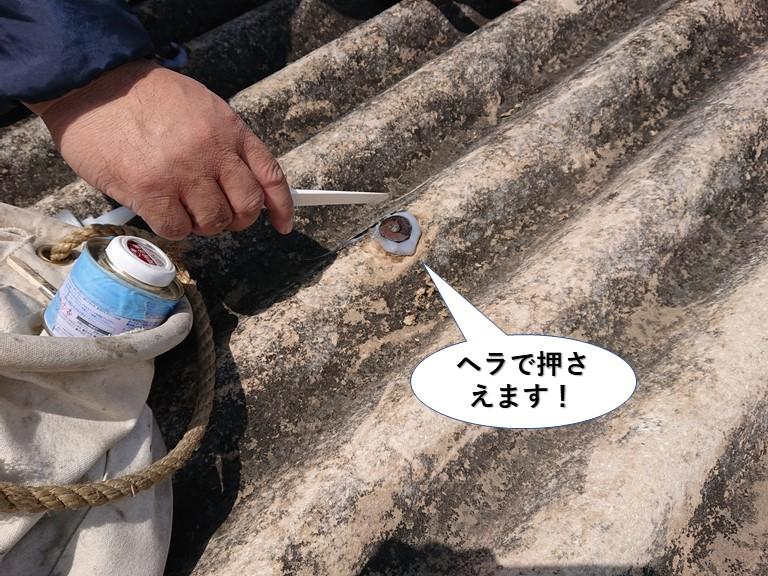 和泉市のフックボルトをヘラで押さえます