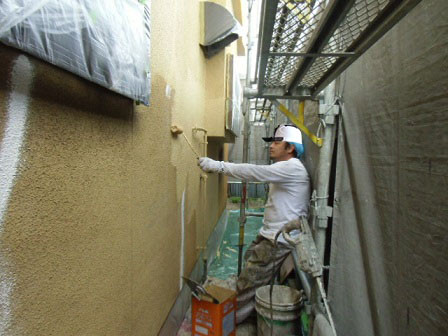 岸和田市春木本町の外壁塗装の中塗り