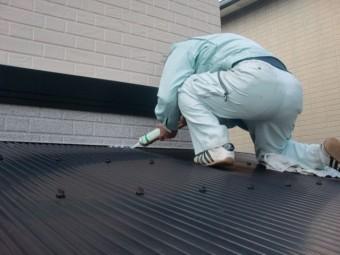岸和田市上松町のテラス屋根の取り合いにコーキング充填