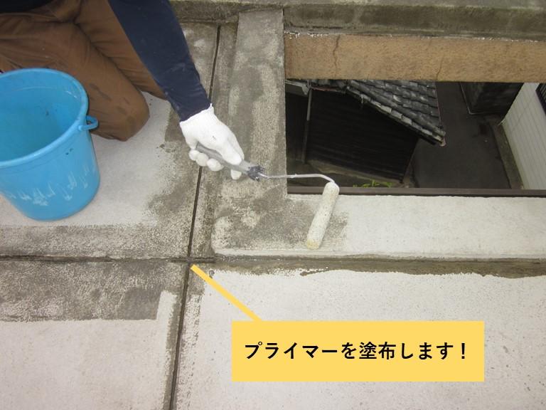 和泉市の陸屋根の目地などにプライマーを塗布