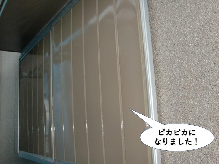 岸和田市の雨戸も塗装でピカピカに