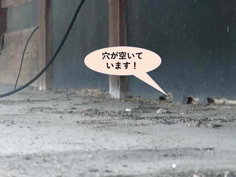 岸和田市包近町の増築部の取り合いに穴が空いています!