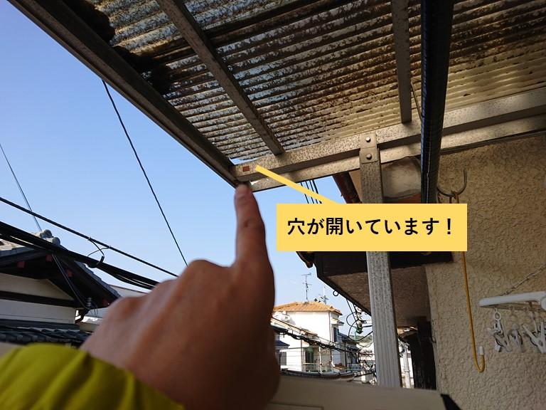 泉大津市の波板に穴が開いています