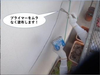 岸和田市の外壁のひび割れにプライマーを塗布します!