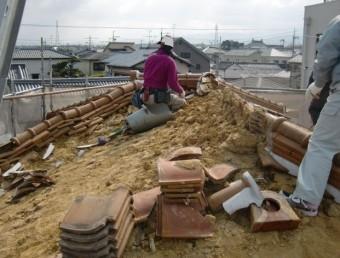 岸和田市土生町で洋瓦の屋根葺き替えで瓦・土の撤去