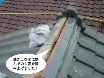 熊取町の棟に葺き土を間に挟んでのし瓦を積み上げました