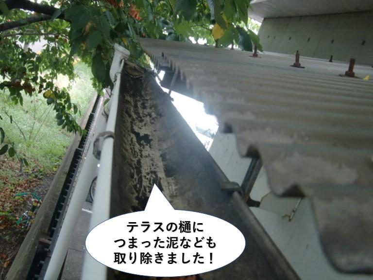泉大津市のテラスの樋に詰まった泥なども取り除きました