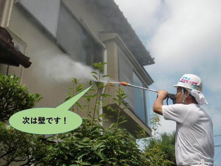 岸和田市の雨漏りの水かけ試験で次は壁に水をかけます