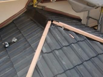 岸和田市土生町で屋根の洋瓦の葺き替えと棟瓦の設置