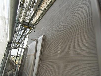 岸和田市真上町の外壁塗装と屋根塗装で外壁中塗り