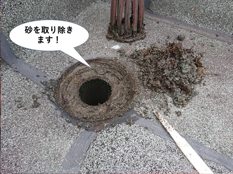 泉佐野市のドレン周りの砂を取り除きます