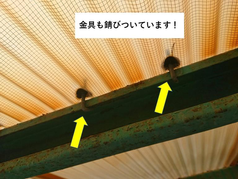 熊取町の波板を固定している金具も錆びついています