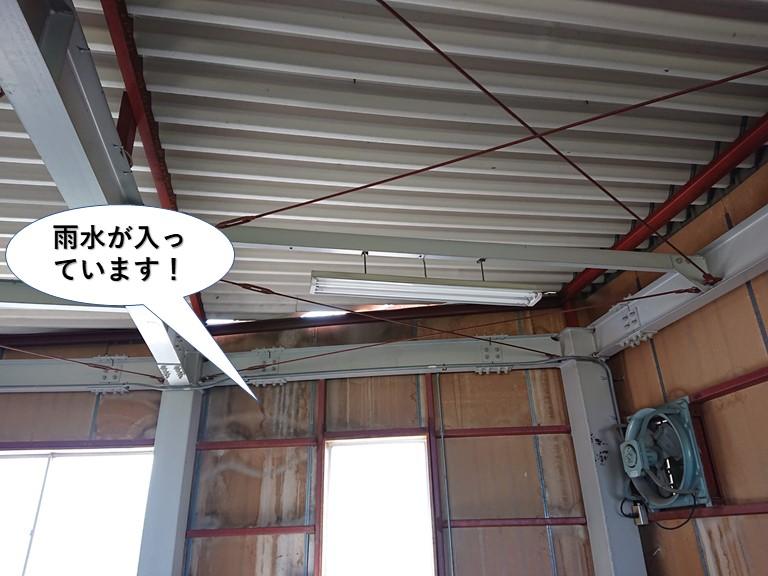 熊取町の倉庫の壁に雨水が入っています