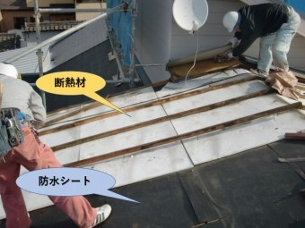 岸和田市の屋根材撤去中