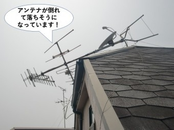 和泉市のアンテナが倒れて落ちそうになっています