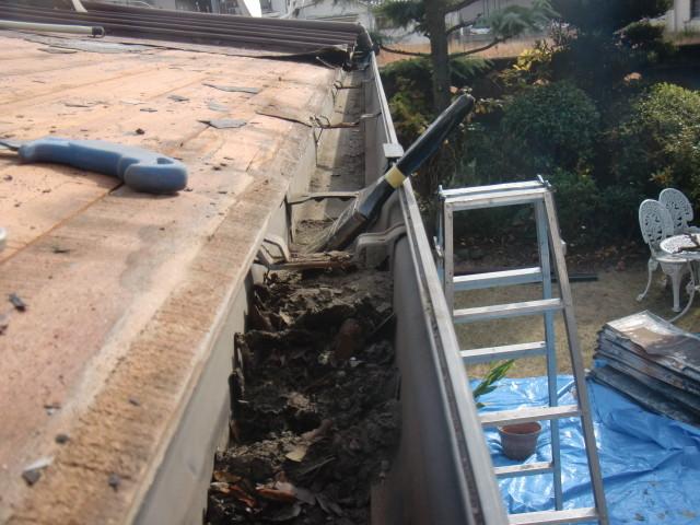 岸和田市の家軒樋清掃中
