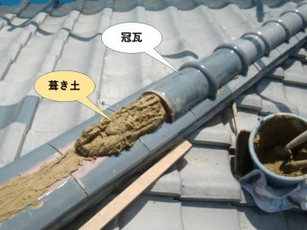 泉南市の降り棟に冠瓦を積みます