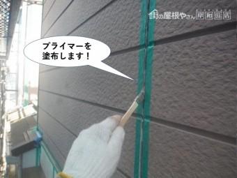 和泉市の外壁目地にプライマーを塗布します。