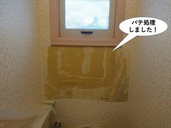 泉南市のトイレの壁をパテ処理しました