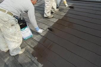 岸和田市真上町の外壁塗装と屋根塗装で屋根の中塗り