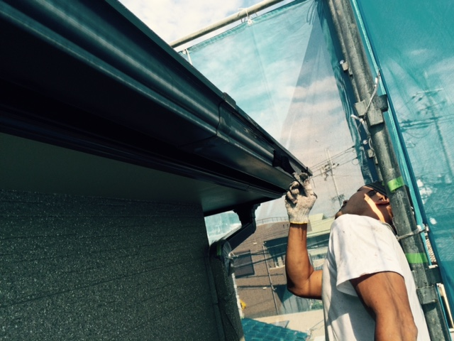 岸和田市西之内町の雨樋塗装中