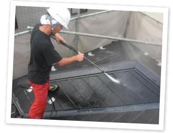 コケなどの汚れは高圧洗浄機で洗い流します