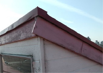 採光部の破風板が出っ張ってはみ出している写真